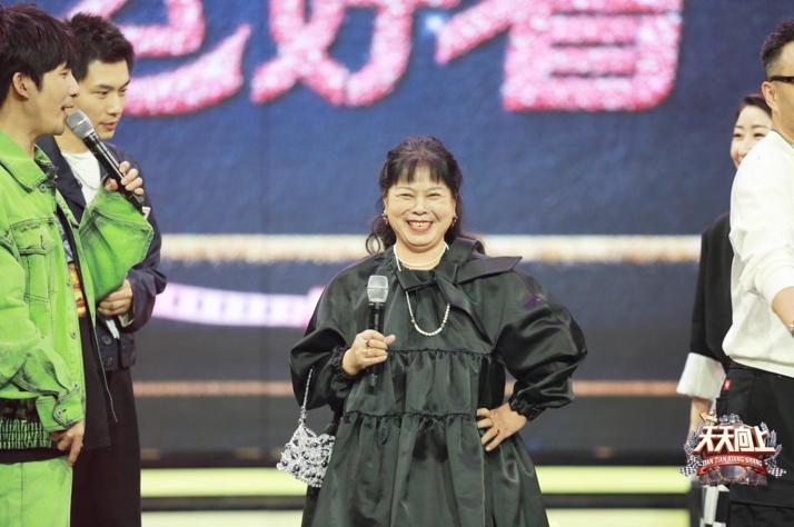 """《天天向上》上演时尚秀,钱枫""""棉被""""造型笑趴王一博"""