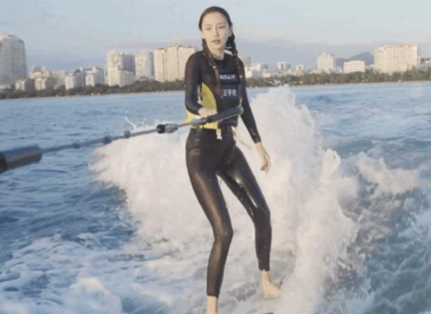 baby海上冲浪,穿潜水服瘦如纸片人,腰细到不敢相信她生过娃