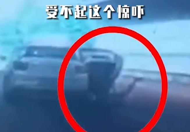 武汉女子乘坐出租车途中跳车,车主:我们开出租的受不起这个惊吓
