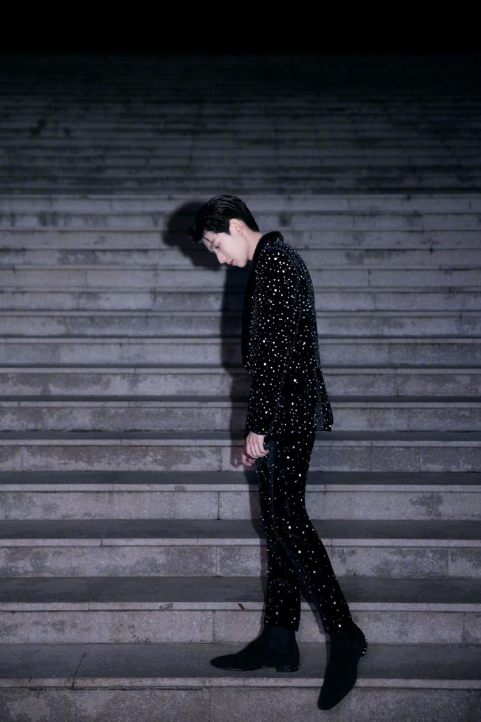 王源身着黑色西装,酷劲十足