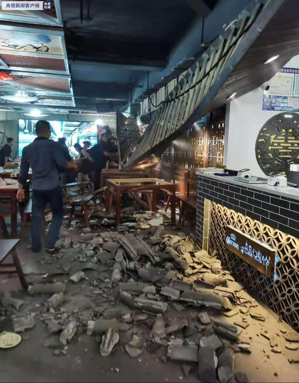 拉了下网线吊顶塌了 福建漳州一餐饮店坍塌数人送医