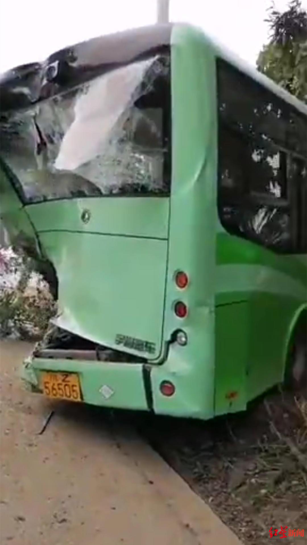 眉山交警通报农村客车被撞细节:公交正常靠边停车下客被撞 尚有9名轻微伤员在医院
