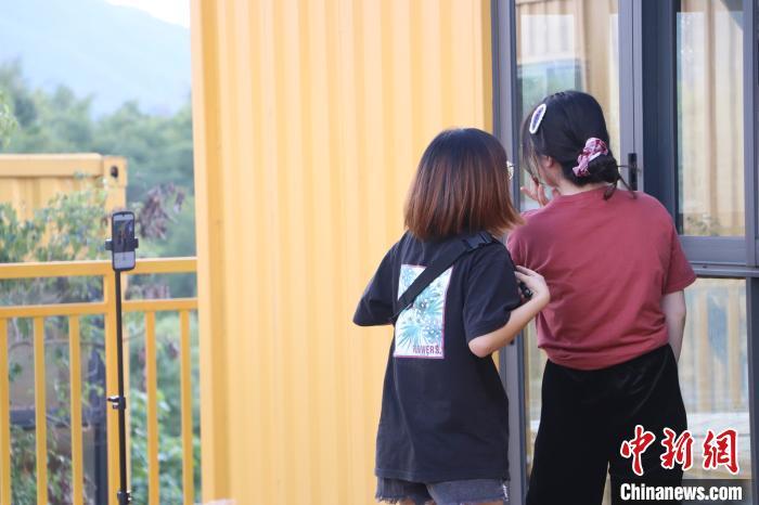 """广东梅州:乡村里的彩色集装箱成""""网红打卡地"""""""