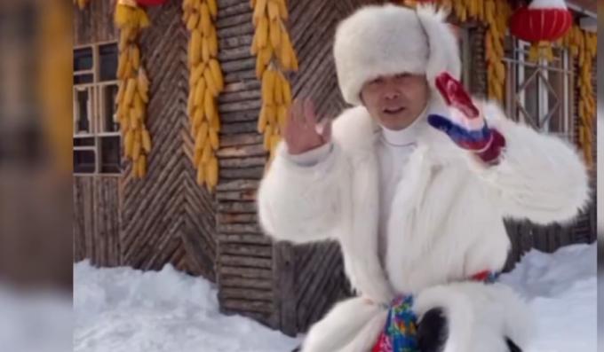 """东北大哥卖雪给南方人,9块9一斤还送2斤辣白菜,自称""""重要的是雪的灵魂"""""""