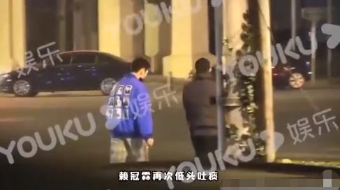 19岁知名歌手当街抽烟和吐痰后公开道歉,网友喊话:去扫街吧