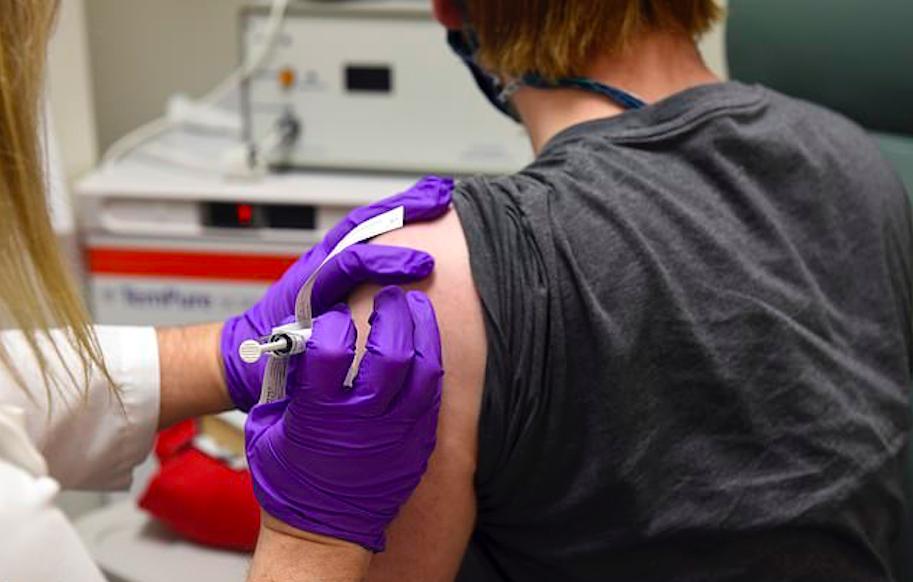 美国护士接种辉瑞疫苗后新冠检测阳性,专家却说这事不奇怪…