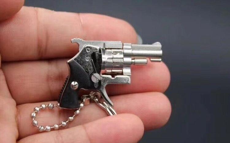 """男子制售4CM""""枪形钥匙扣""""涉嫌非法买卖枪支罪 一审开庭枪支鉴定标准再惹争议"""