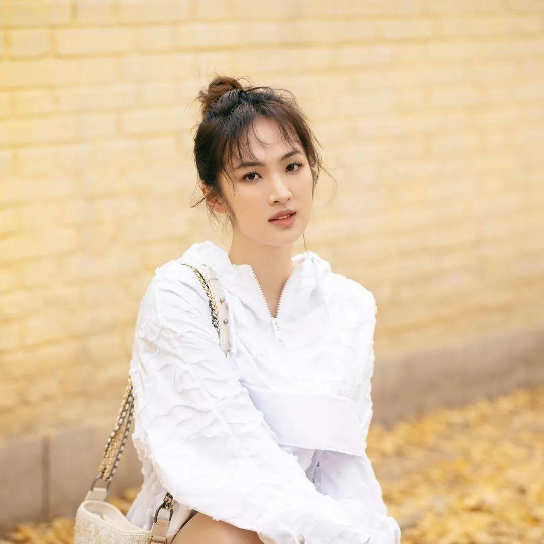 华为任正非女儿姚安娜微博官宣出道:个人资料简介与照片