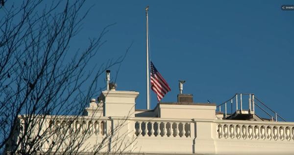 特朗普下令降半旗,向两名死亡警察致敬