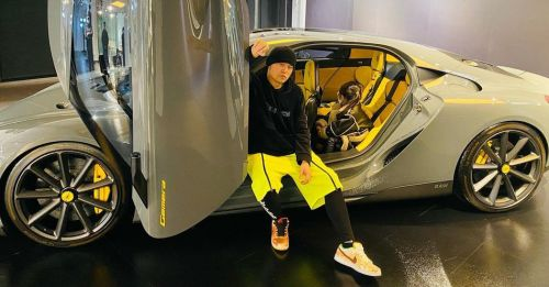 周杰伦:我的女孩觉得这台可以 周杰伦晒豪车和女儿坐车边耍帅超宠溺