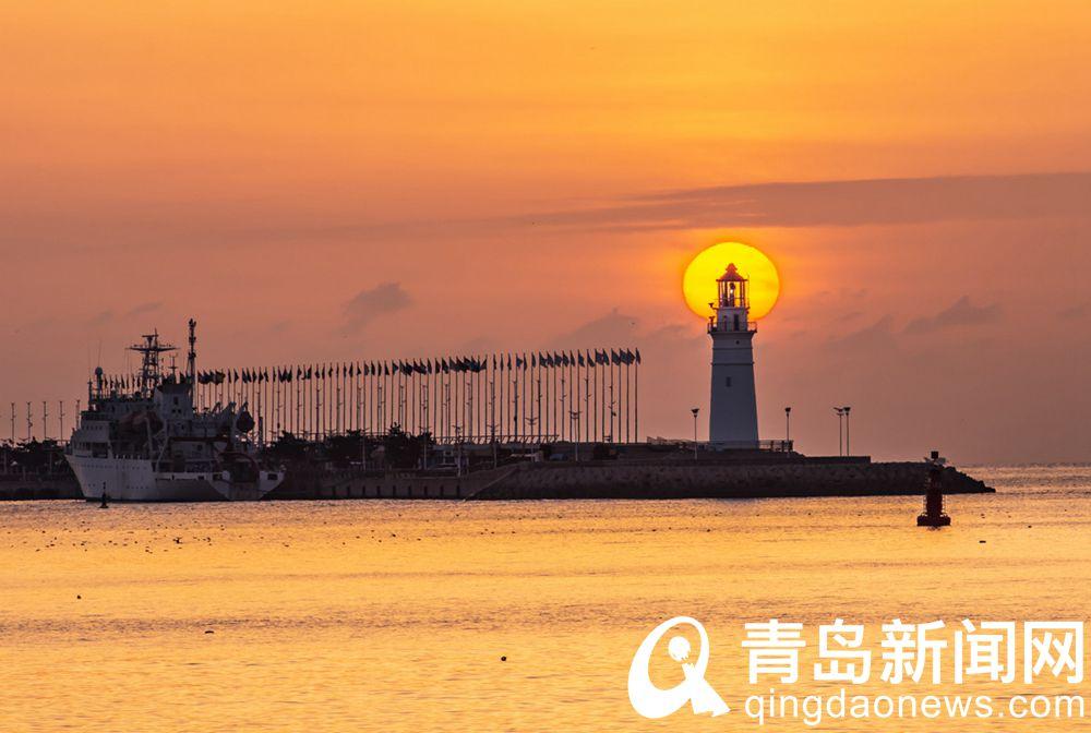 朝阳染红了浮山湾几点鸥影在晨光中翩翩飞舞