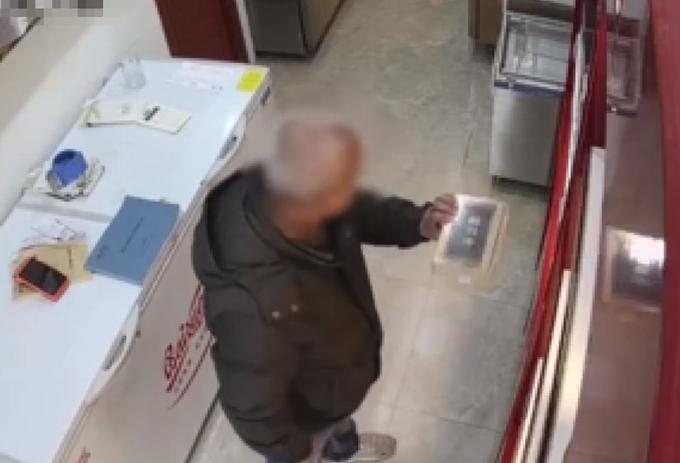 小偷难挡店员推销,留下电话后被抓获,网友调侃:这智商,改行吧
