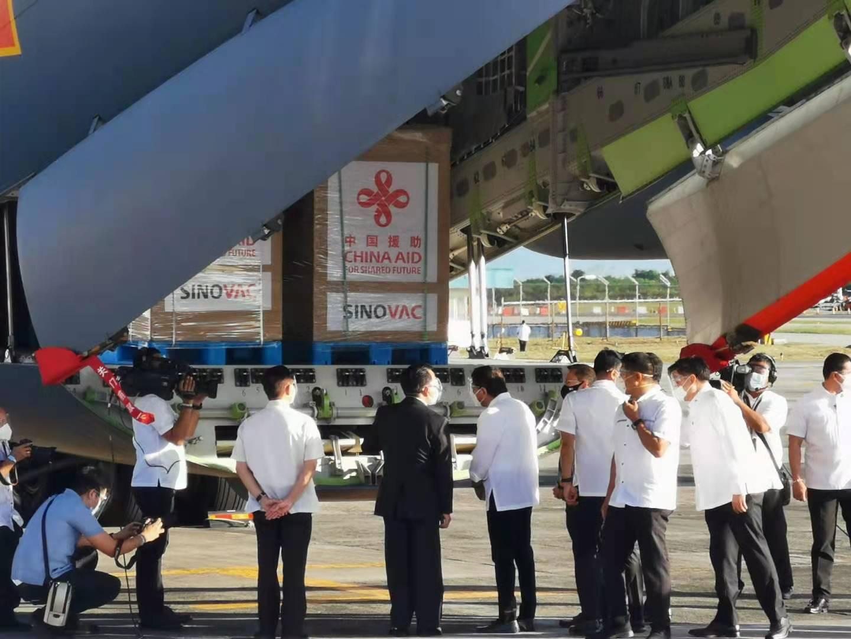 现场!首批中国疫苗运抵马尼拉,菲律宾总统亲自接机