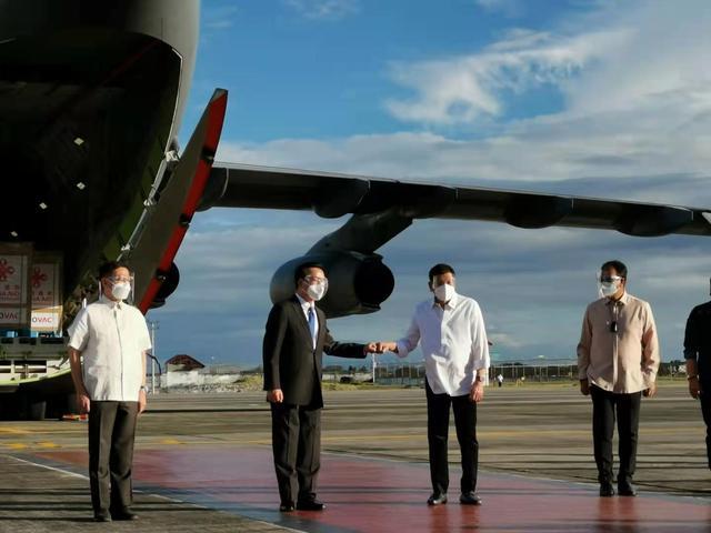 中国疫苗抵达菲律宾,杜特尔特拿到了