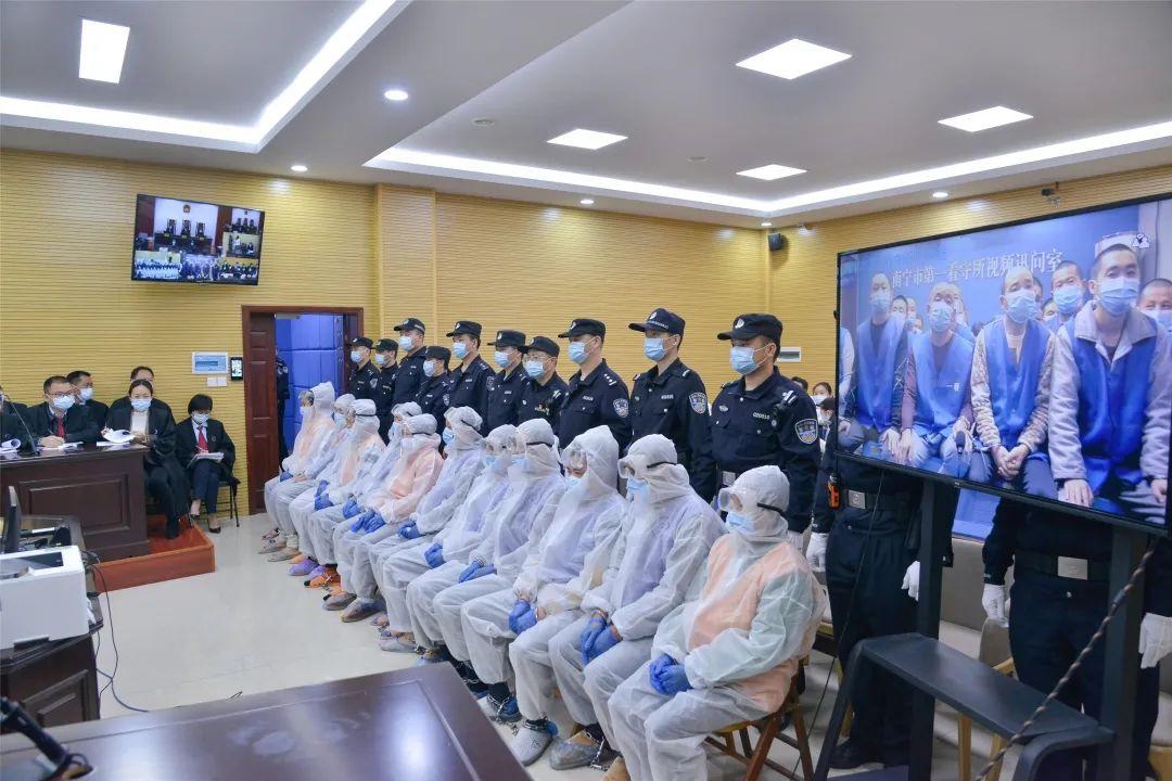 """在广西南宁,44名""""首席执行官""""出庭受审"""