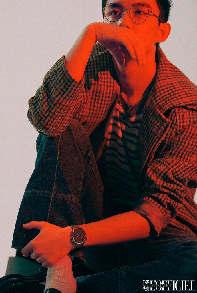 红色光影交错下硬朗线条男孩吴磊