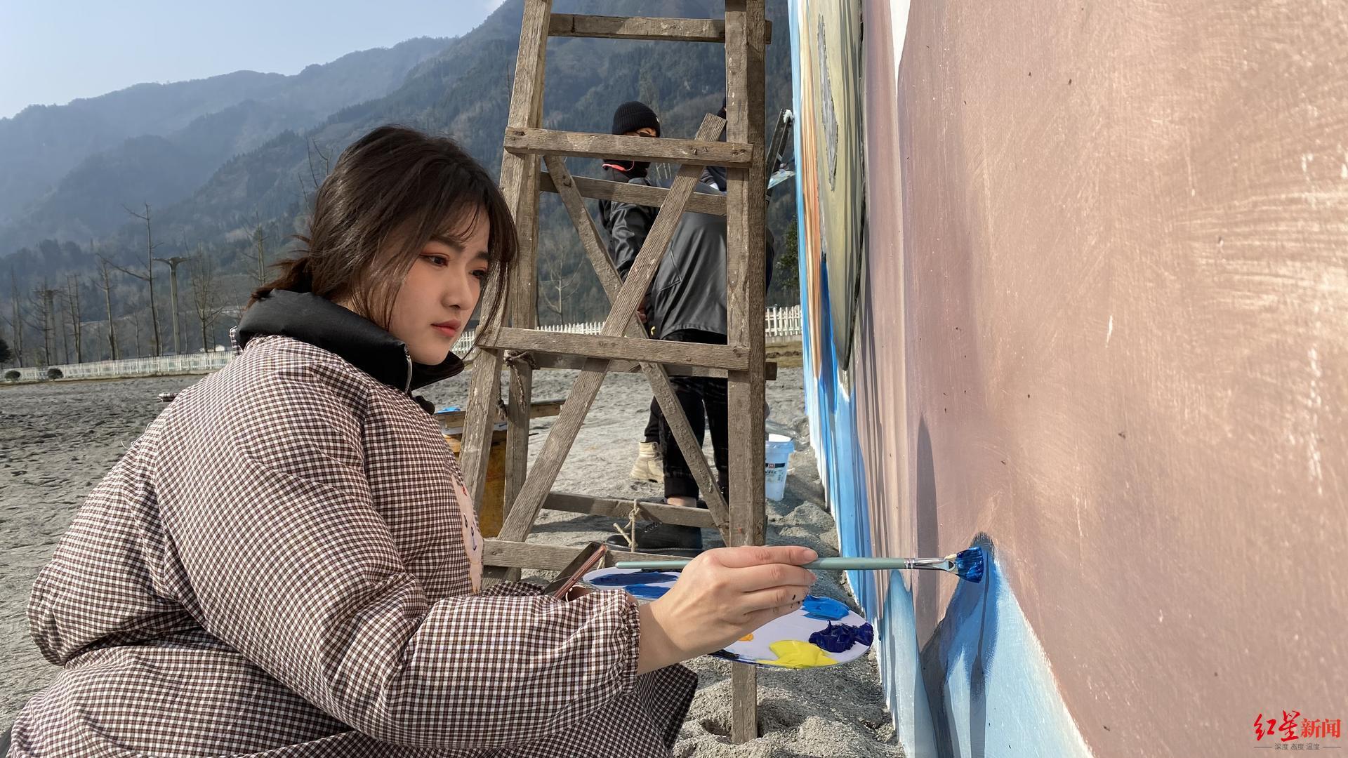 """画壁画走红!专访95后高颜值""""刮腻子女孩"""":建立工作室,热爱才会做到极致"""