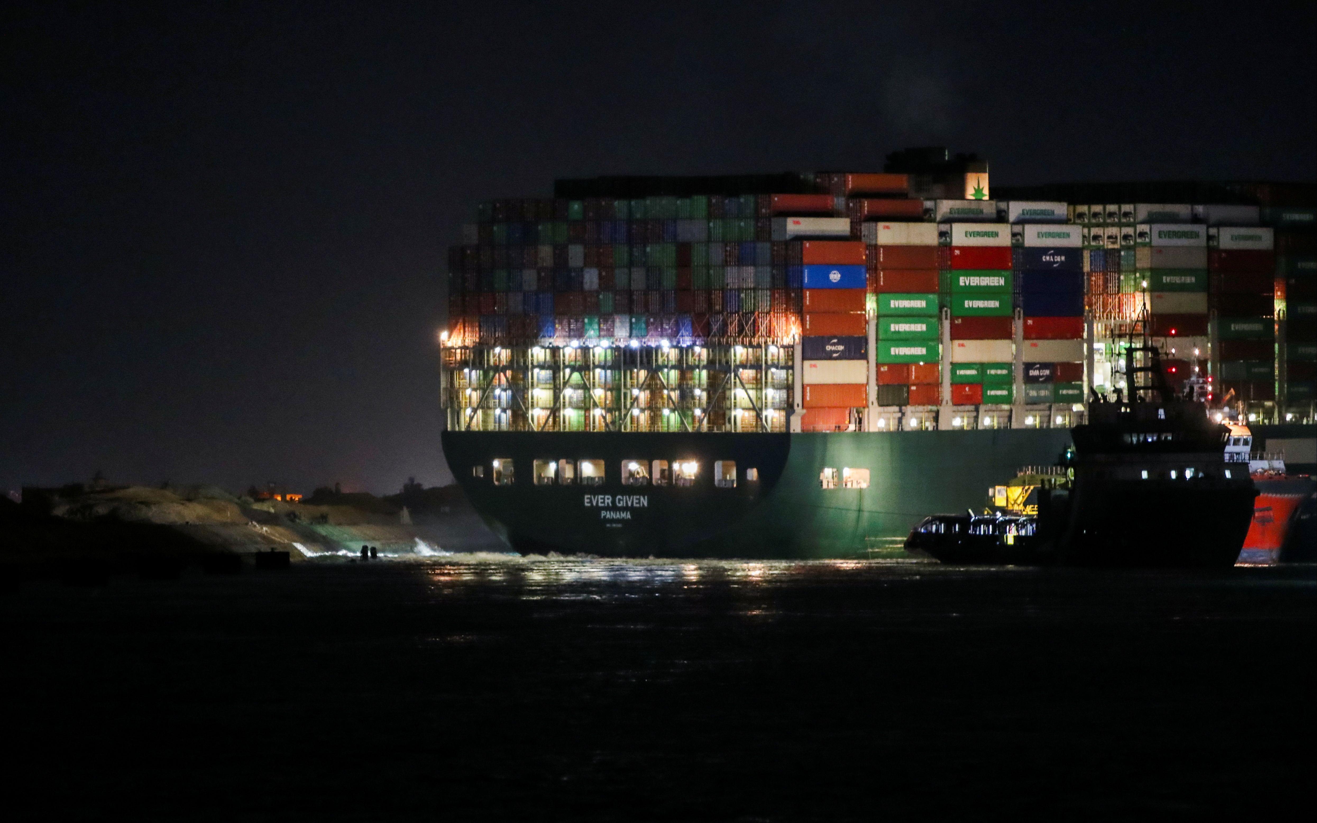 """苏伊士运河""""堵船""""不仅影响航运和外贸企业,也影响油价"""