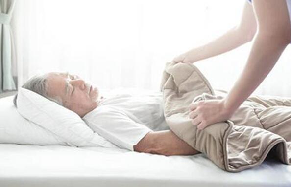 午睡也要蓋好被子注意保暖,趴著睡對身體不好