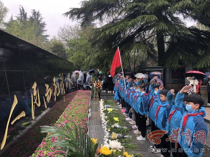 雨纷纷 社会各界人士在西安烈士陵园祭奠缅怀英烈