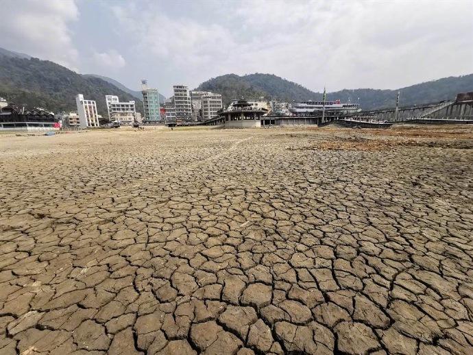 潭底干枯、龟裂成块状......台湾缺水日月潭干涸画面曝光