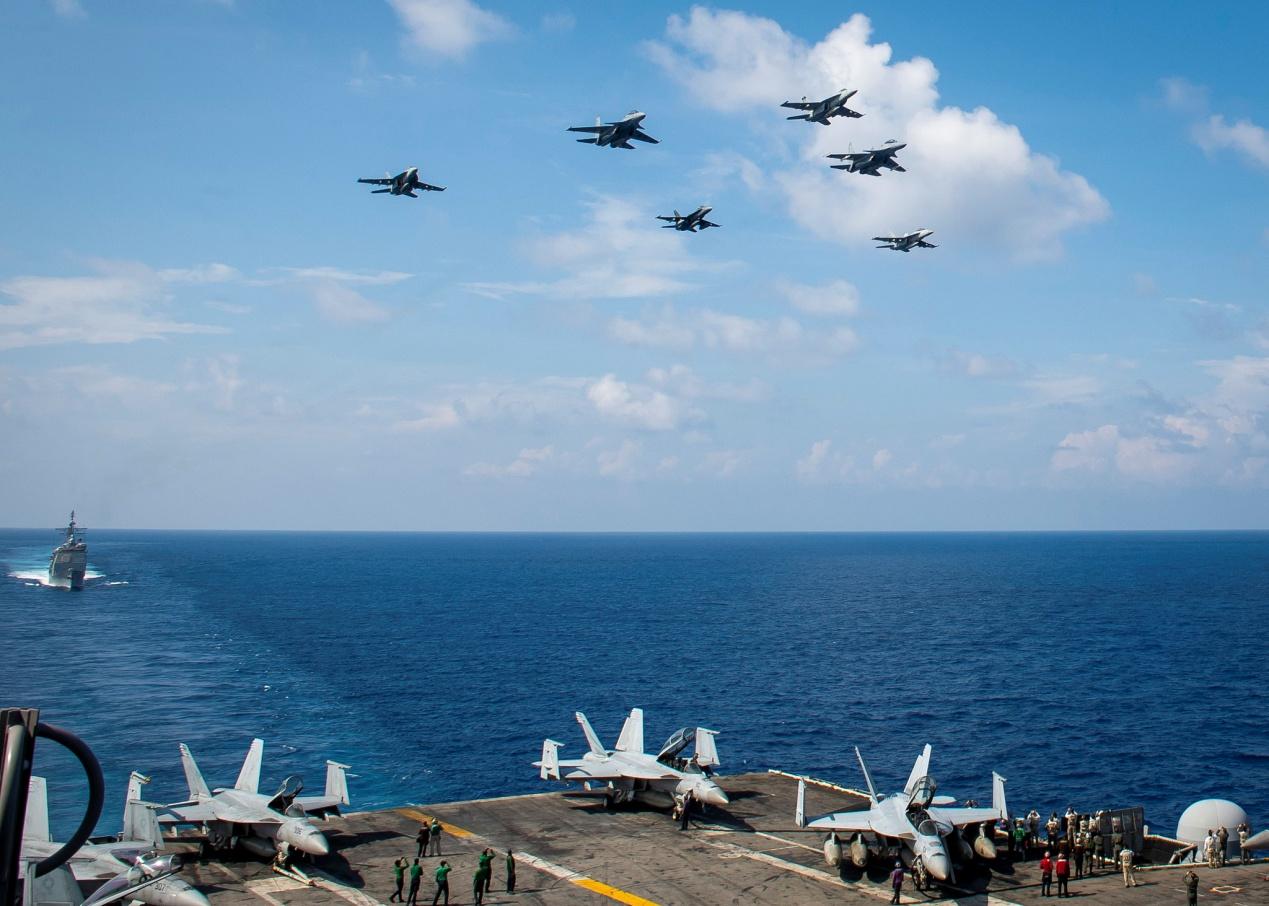 南海出現罕見一幕!馬來西亞蘇-30戰鬥機從美軍航母戰鬥群上空飛過