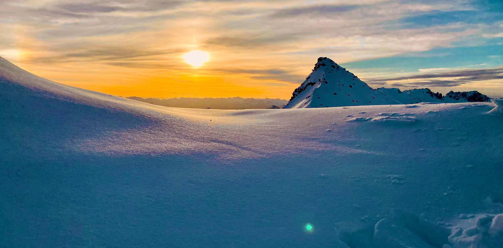 达古冰川现绝美日出