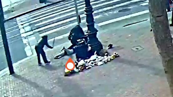 """美华裔老太""""反杀""""袭击者视频曝光:头中拳后 抄起木棍一顿打"""