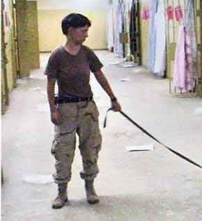 美军虐囚照片震惊世界!美国女兵的所作多为,让这位伊拉克大爷羞于启齿