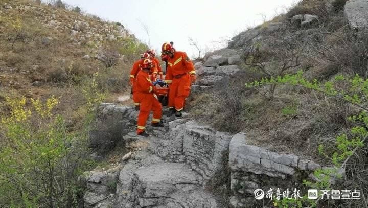 一驴友爬山不慎坠崖被困,消防员利用担架将其救下