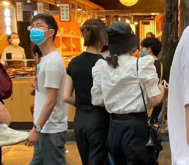 章子怡帶小蘋果逛街,兩人親密挽手似姐妹,小蘋果身高太出眾