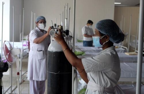 """印度医疗资源告急:见习医护考试推迟,考生直接""""上战场"""""""