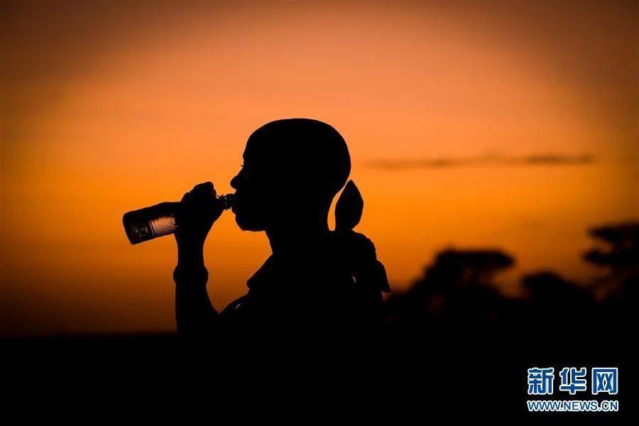 睡前到底要不要喝水?喝水能改善酸性体质?喝水10问,一次搞懂