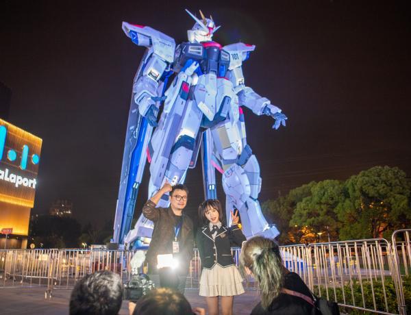"""太帅!上海金桥这尊18米的""""自由高达""""动起来了,现场粉丝为之疯狂……"""