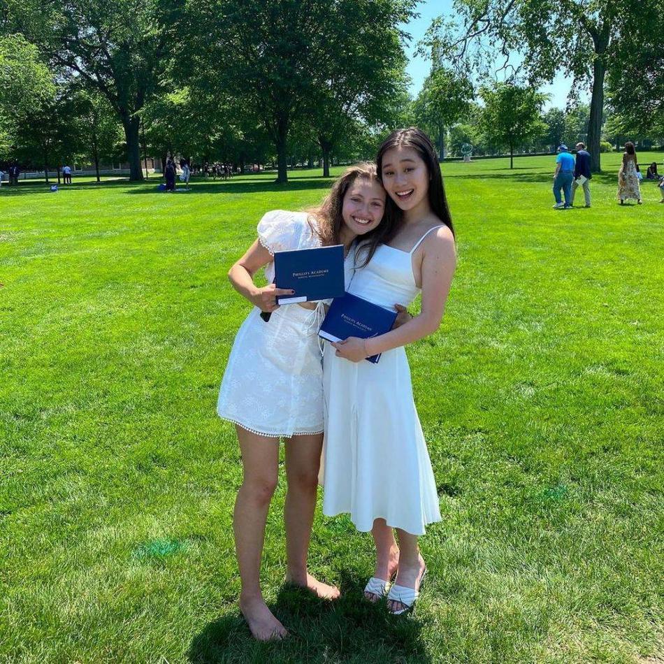 李连杰小女儿国外高中毕业 姐姐到场祝贺姐妹俩气场强大