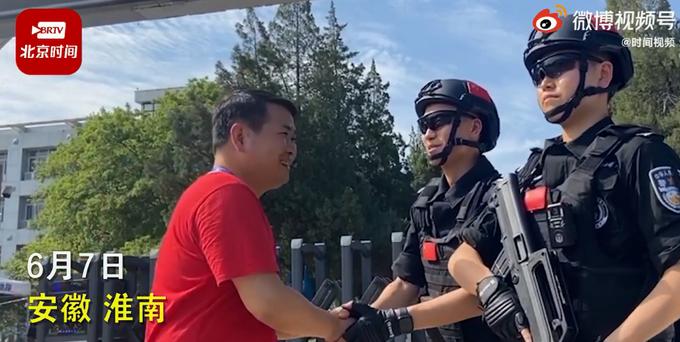 高考考场外执勤特警被班主任一眼认出,随后的对话令网友感慨