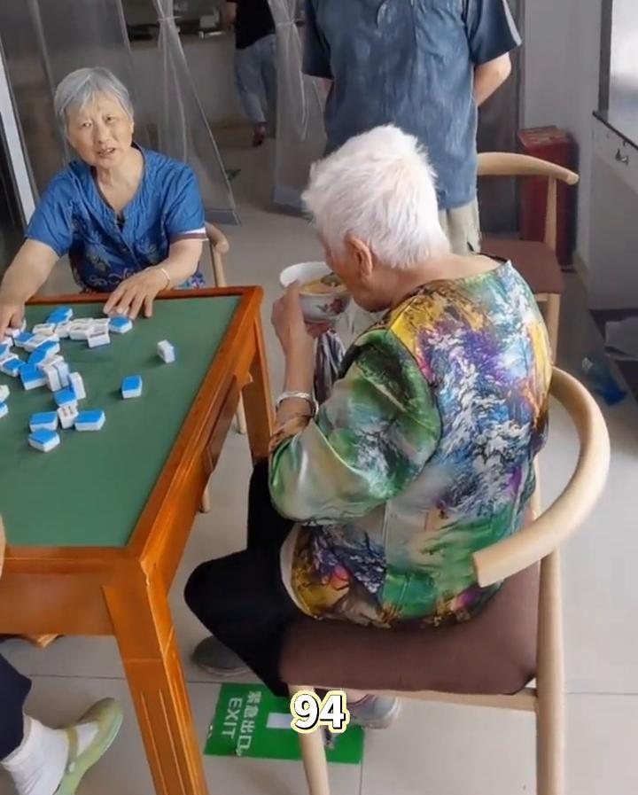 """画面太温馨!94岁妈妈和伴侣打麻将,74岁儿子过来送饭被""""嫌舍"""""""