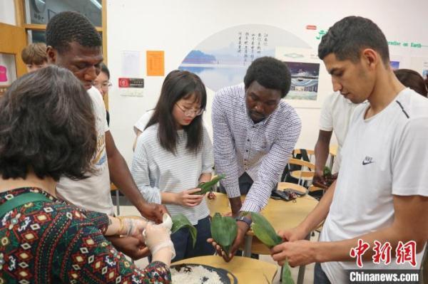 """外国留学生为端午""""直播带货"""":愿做两国文化传播使者"""