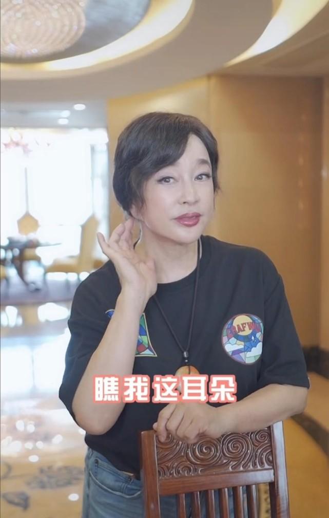 刘晓庆首次回应因整容耳朵变形,直言女人的责任是展示美,背后豪宅太抢镜