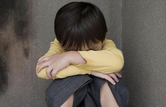 孩子这四个表现,说明他在慢慢变自卑,家长要及时干预