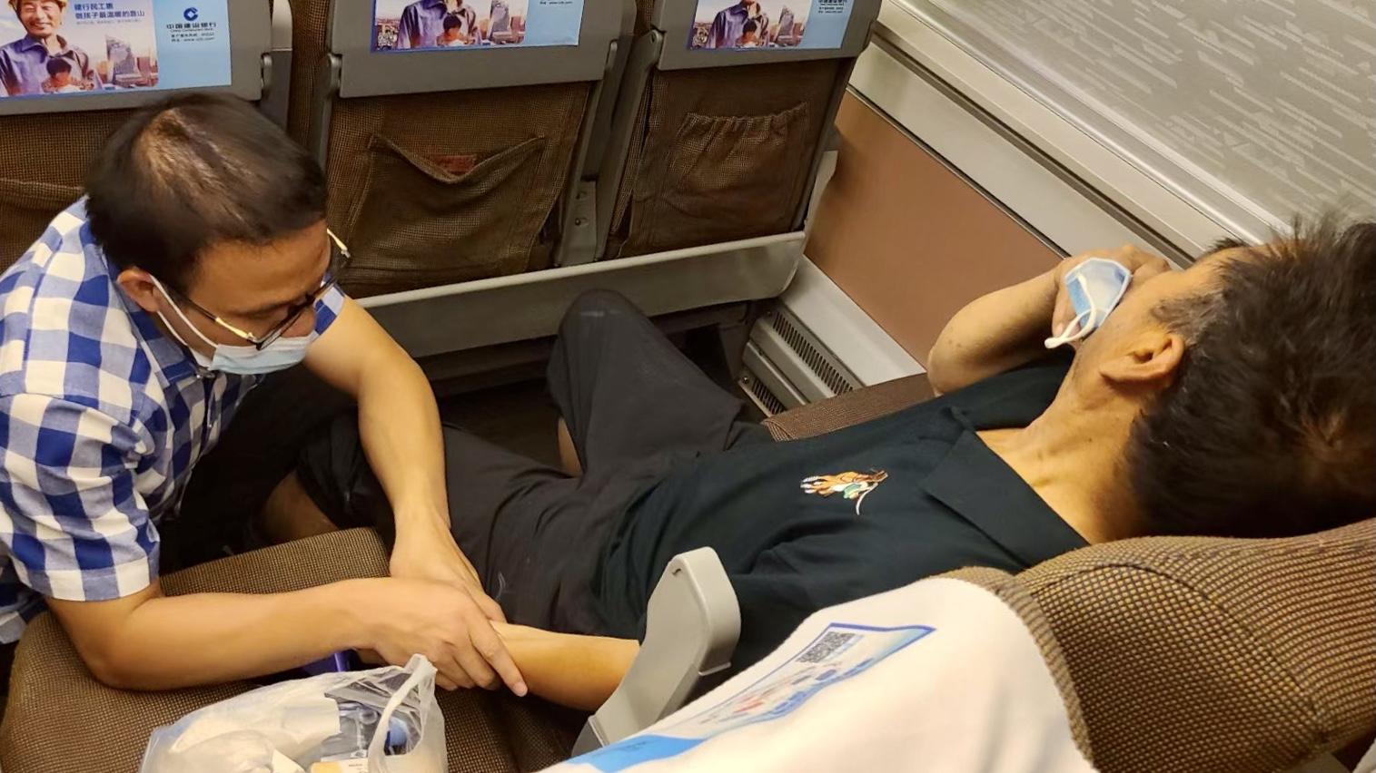 开往乌鲁木齐的列车上,成都90后中医学生跪地按穴半小时救人