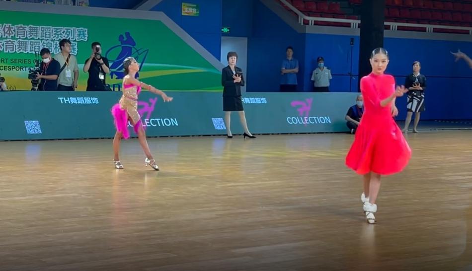马伊琍大女儿参加拉丁舞比赛 个头高挑妆容成熟