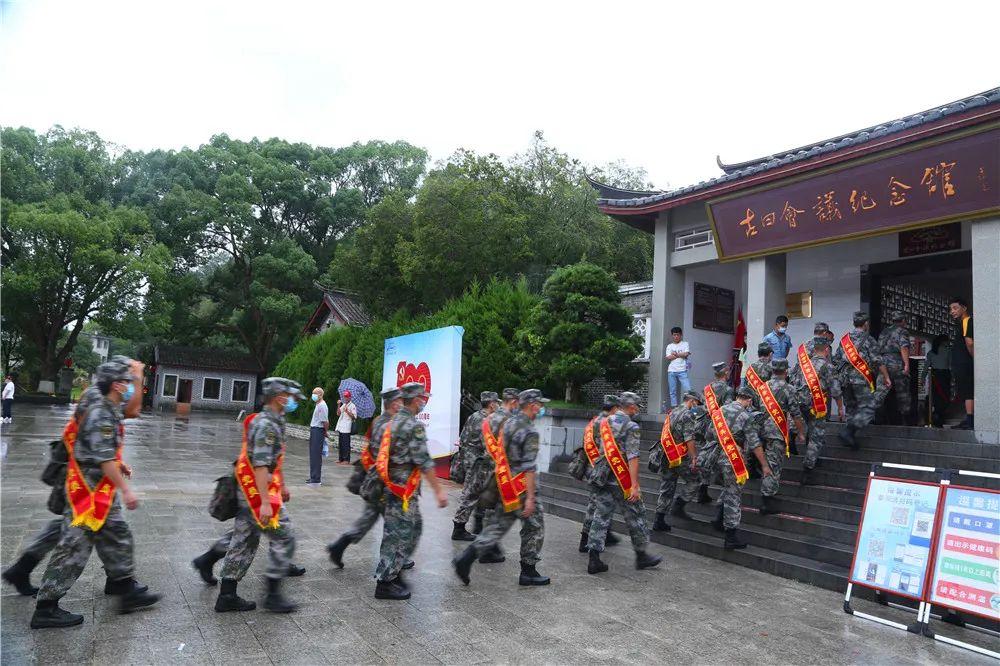 热点 官兵这次穿军装集体外出,去的地方很神圣