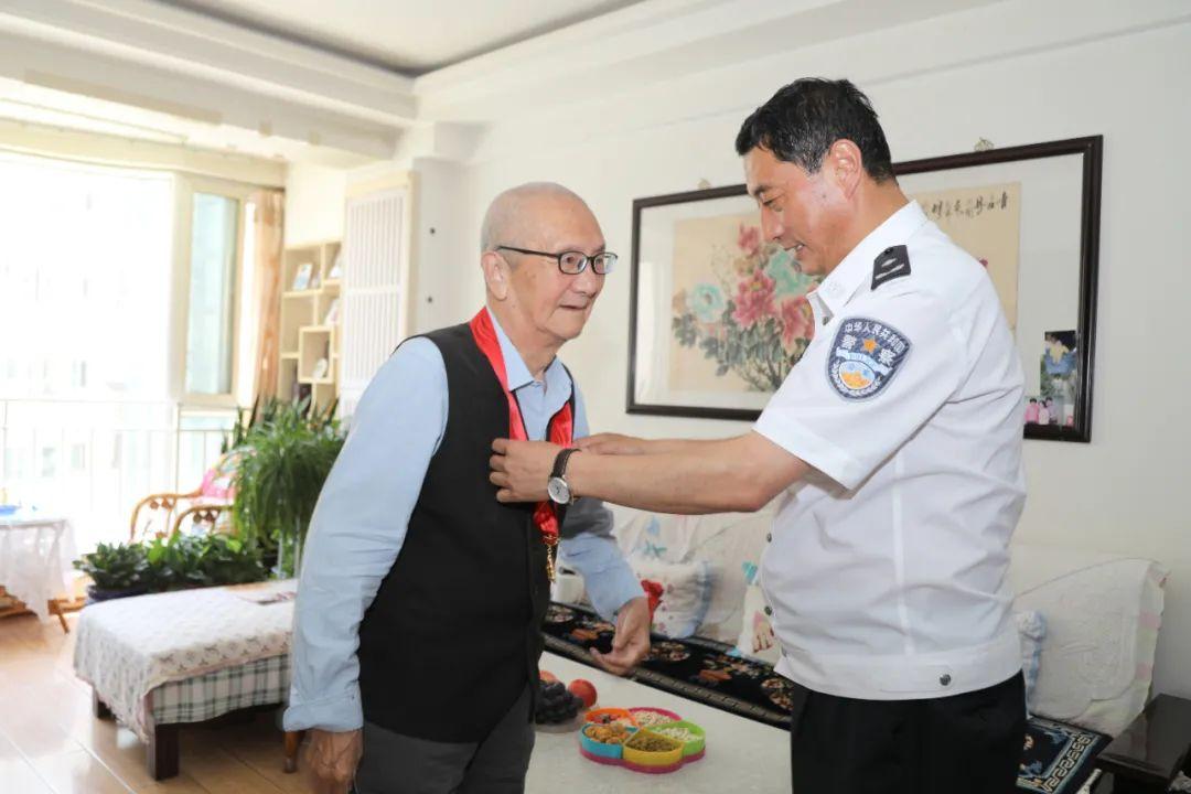 """州公安局走访慰问""""光荣在党50年""""老党员"""