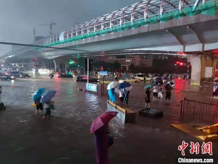 """权威释疑:郑州暴雨是""""千年一遇""""吗?还要下多久?"""