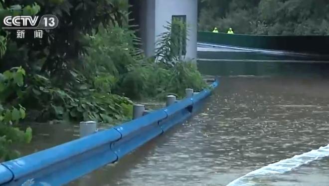 这份自救指南很实用!面对洪水时自救的正确姿势是→