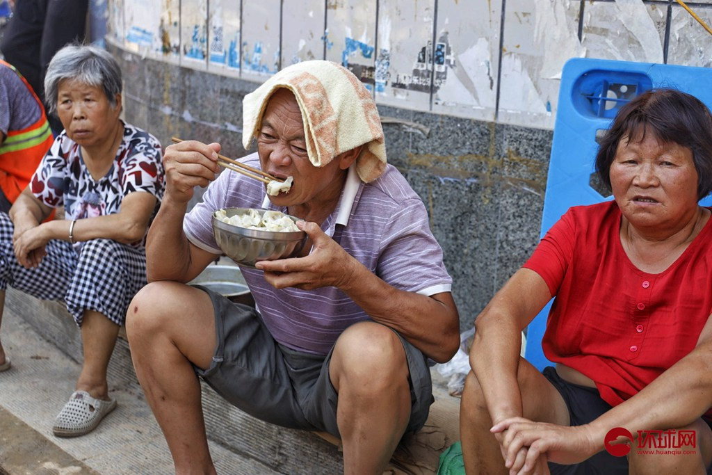 """河南新乡辉县南云门村村民搭起""""大锅灶""""吃饺子"""