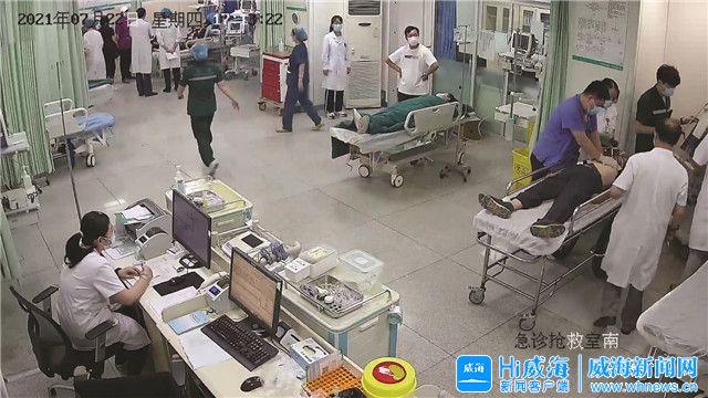 飛奔的平車上,威海女護士跪著施救……
