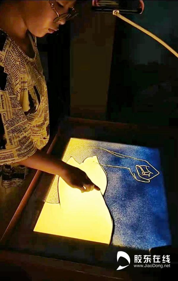 暖人心扉!12岁女孩手绘沙画为烟台防疫加油