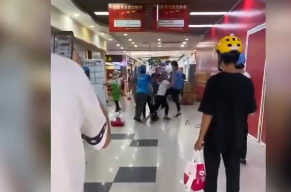 上海小杨生煎门店店员持盘与外卖员互殴,店方致歉!公安已介入